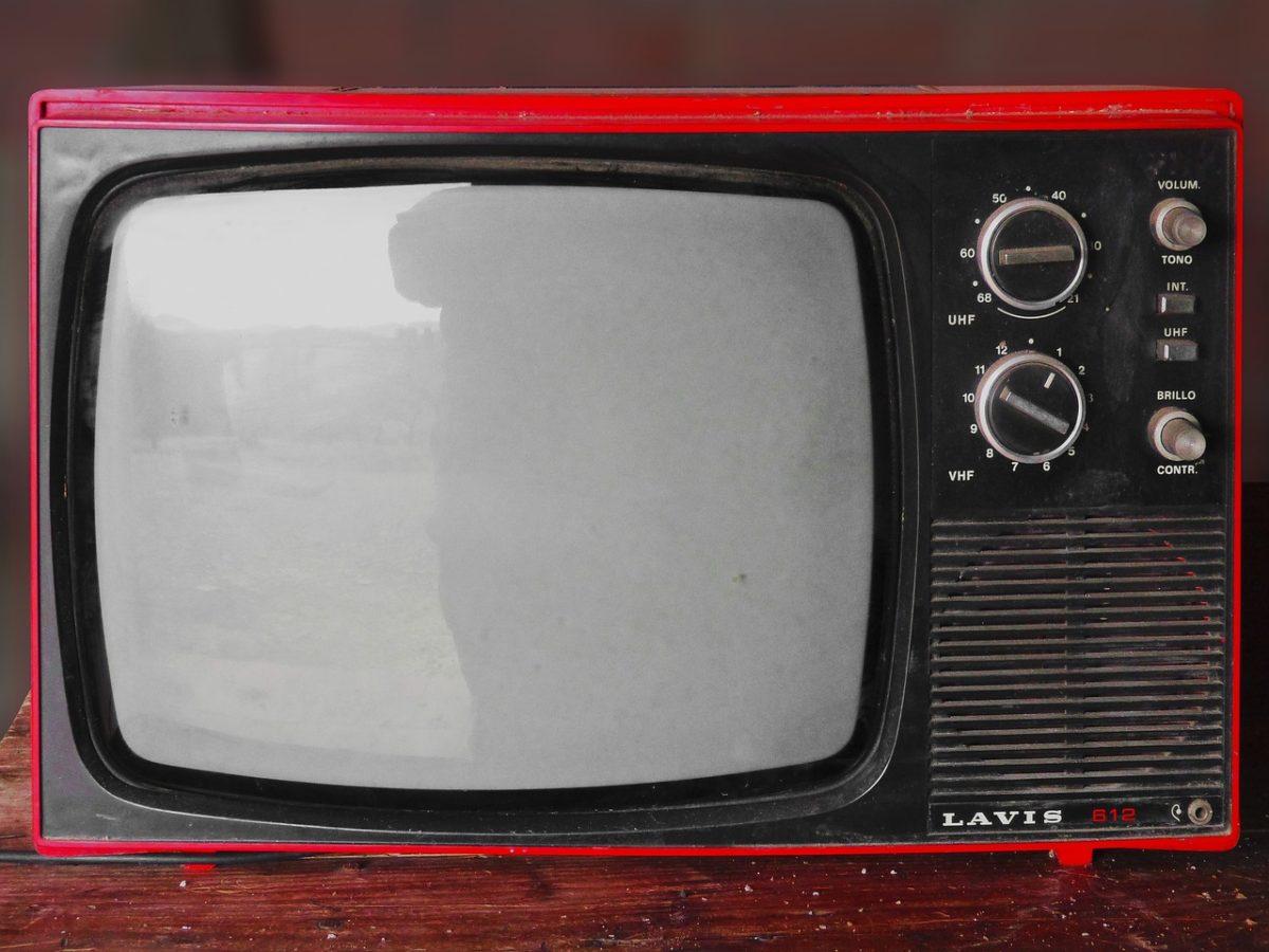 Samotny relaks przed telewizorem, lub niedzielne filmowe popołudnie, umila nam czas wolny ,a także pozwala się zrelaksować.